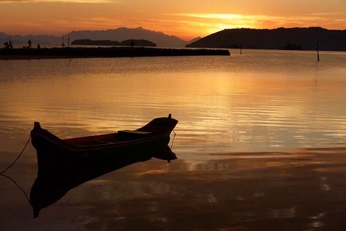 brazil-paraty-reflected-boat-at-sunrise-copyright-pura-aventura-thomas-power