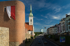 (Rob Hurson) Tags: bratislava slovakia slovensko oldtown starymesto pentax pentaxk30 summer centraleurope europe sunny architecture baroque 17thcentury blueskies stmartinscathedral dómsvmartina citywalls medieval fortifications motorway road mainroad flag banner