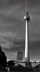 'Rot Und Weiss' (SONICA Photography) Tags: berlin juni2017 june2017 deutschland ostberlin mitte stadt haupstadt ddr brd alexplatz alexanderplatz ubahn sbahn rotesrathaus rathaus wagen auto voiture tram bahnhof ampelmännchen ampfelman berlino berlina germany west fernsehturm