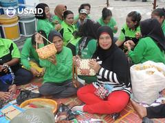 Kerajinan daur ulang untuk menambah penghasilan (USAID Indonesia) Tags: daur ulang kerajinan perempuan pemberdayaan empowerment handicraft sumatra sampah