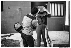 Encajando el Sombrero (Matías Brëa) Tags: blancoynegro blackandwhite bnw social taurina documentalismo documentary toros bullfight