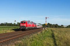 DB 218 385 + 218 322 - Risum-Lindholm (Pau Sommerfeld Acebrón) Tags: norddeutschland de deutschland schleswigholstein sh nordfriesland karlsruhehbf westerlandsylt westerland karlsruhe risumlindholm niebüll marschbahn kbs130 vzg1210 zug züge eisenbahn railway train formsignale personenzug personenverkehr fernverkehr dbfernverkehr db deutschebahn dbag 218 baureihe218 v160 218385 218322 diesellok kultlok ic ic2374 intercity 2017 tb11