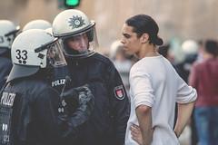 Peace (Raoul Raffael Rehfeldt) Tags: g20 g 20 hamburg polizei demonstrant demonstration love krawall eskalation frieden die andere seite gespräch talk cops links autonom canon eos 600d raoul raffael rehfekdt mastermind