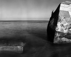 petit nice, au pied de la dune (plansac) Tags: noiretblanc blackwhitephotos filmphotography bunker linhofcolor fomapan100 sea mer pose lente largeformat grandformat chambre