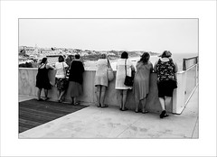 Attraction (Panafloma) Tags: portugal streetphoto streetphotography streetphotographie bw bandw noiretblanc noiretblancfrance blackandwhite personnes algarve albufeira alignement