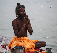 Santón (Nebelkuss) Tags: india uttarpradesh varanasi benarés asia rio river ganges santón saddhu fujixt1 nikonaisprime nikon85f20 namaste