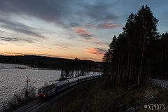 93 à Korsträsk (X2907) Tags: sunset rc6 sj nz 93 luleå korsträk korsträsket sweden suède train traindenuit locomotive narvik stockholm lac
