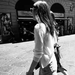 16i0617 (photo & life) Tags: italia italie europe jfl photography photolife™ fujifilm fujinon fujifilmxpro2 fujinonxf14mmf28r ville city street streetphotography florence firenze toscane humanistphotography blackandwhite noiretblanc squareformat squarephotography women beauty