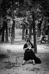 Black robe in Paris (ignacy50.pl) Tags: paryż paris parisians women girl blackandwhite street citylife trees reportage leisure book reading wear ignacy50