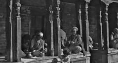 """NEPAL, Pashupatinath, Zu den Hindutempeln und Verbrennungsstätten, 16308/8635 (roba66) Tags: blackwhite bw sw branco negro blackandwhite blancoenero blancoynegro monochrome byn bretoebranco einfarbig schwarzweis roba66 reisen travel explore voyages visit urlaub nepal asien asia südasien kathmandu pashupatinath """"pashu pati nath"""" """"pashupati """"herr alles lebendigen"""" tempelstätte hinduismus shivaiten tempel verehrungsstätte shiva tradition religion building menschen leute bettler saddhus typen"""