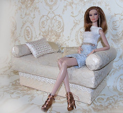 Komuś wygodnie. (Monika Ine) Tags: emerging rebel kyori fashion royalty