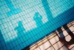 (埃德溫 ourutopia) Tags: film fuji fujifilm fujicolor 400 業務用 記録用フィルム 記録用カラーフィルム canon canonprima canonprimaas1 filmphotography analog analogphotography shadow reflection waterproof water waves guy man summer sunshine blue swimming swimmingpool feet legs フィルム