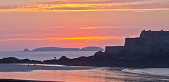 Sunset - 4 (schreibtnix on 'n off) Tags: reisen travelling europa europe frankreich france bretagne brittany breizh saintmalo strand beach horizont horizon gegenlicht backlight sonnenuntergang sunset olympuse5 schreibtnix