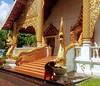 Wat Phra Singh, Chiang mai (Cleu Corbani) Tags: templos mujer dorado wat thailandia dragones cultura religiones cleucorbani unlugarenelemundo