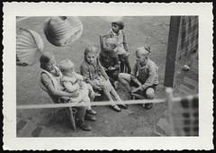 Archiv N085 Kinderfest, 1950er (Hans-Michael Tappen) Tags: archivhansmichaeltappen kinder hütchen junge mädchen girl girls children boy boys lampignons zöpfe 1950s 1950er lampions lampion