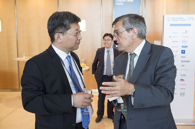 Young Tae Kim in discussion with José Viegas
