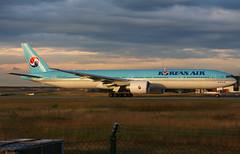 Korean Air 777-3B5(ER) HL8209 / FRA (RuWe71) Tags: koreanairlines koreanair kekal southkorea seoul republicofkorea boeing boeing777 b777 b77w b773 b777300 b7773b5 boeing777300 boeing7773b5 boeing7773b5er hl8209 cn37646875 frankfurtairport frankfurt m frankfurtmainairport frankfurtrheinmain flughafenfrankfurt fraport fra eddf planes airport aviation spotter flughafen flugzeug engines runway aircraft airplane vliegtuigen luchthaven spotting airliner aeroplane sunset dusk aéroport avions aéronefs planespotting jetliner jet widebody sunshine heavy aeropuerto aviónes planespotter avgeek ruwe71 aviationphotography canon canonphotography boeing777300er
