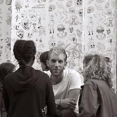 Souriez, vous êtes filmé ! (_ Adèle _) Tags: bruxelles rue streetshot homme sourire portrait mur nb monochrome noiretblanc bw blackandwhite