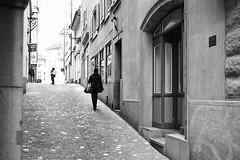 Altstadt Zürich (gato-gato-gato) Tags: leica leicam6 leicasummiluxm35mmf14 m6 messsucher schweiz strasse street streetphotographer streetphotography streettogs suisse svizzera switzerland wetzlar zueri zuerich zurigo black classic flickr gatogatogato manual rangefinder streetphoto streetpic white wwwgatogatogatoch ilford leicasummilux35mmf14asph aspherical summilux 35mm zürich ch leicamp mp gatogatogatoch manualfocus manuellerfokus manualmode analog film filmisnotdead believeinfilm schwarz weiss bw blanco negro monochrom monochrome blanc noir strase onthestreets mensch person human pedestrian fussgänger fusgänger passant sviss zwitserland isviçre zurich