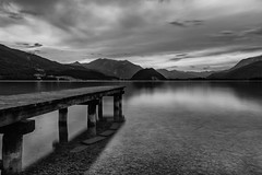 5.6.2017, 8:32 pm (andreassimon) Tags: salzkammergut see steg wolfgangsee sw österreich strobl salzburg bw abend