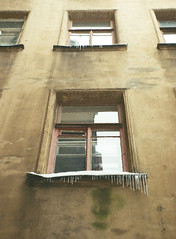 window with icicles (JulianaKruz) Tags: filmphoto film fed2 fed analog analogphoto analoque agfa analogue agfavista 35mm icicles yard пленка фотопленка фэд фэд2 двор сосульки сосули window
