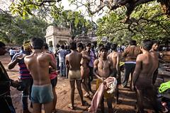 MAHAAKUTA : LE BAIN POUR LES HOMMES (pierre.arnoldi) Tags: inde india pierrearnoldi karnataka mahaakuta photoderue photooriginale photocouleur temples hommes bainsrituels