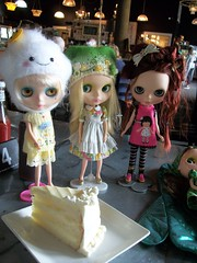 Have your cake and eat it too.... (simplychictiques) Tags: blythemeet spokanewashington goodtimes friends kimberly sarah ooakcustomblythedolls mattefacemondrian mondie heart olivia kkcustom hbcustom dolls toys dollphotography