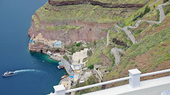 Way down to the old harbour (Santorini, Greece) (armxesde) Tags: pentax k3 ricoh griechenland greece santorin santorini kykladen cyclades insel island fira ägäis aegean water wasser sea meer stairs treppe donkey esel boat boot harbour hafen oldharbour alterhafen