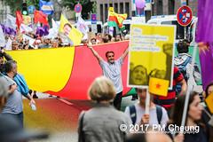 Protest gegen G20 - Demonstration: Grenzenlose Solidarität statt G20 - 08.07.2017 - Hamburg - IMG_2998 (PM Cheung) Tags: schulterblatt plünderungen g20 hamburg welcometohell demonstration schwarzerblock protest g20summit krawalle ausschreitungen umsganze colourtheredzone shutdownthelogisticsofcapital polizei kundgebung fischmarkt roteflora schanzenviertel pmcheung wasserwerfer blockaden räumpanzer 2017 demo mengcheungpo gewerkschaftsprotest tränengas facebookcompmcheungphotography g20gegner 08072017 krisenpolitik blockupy hansestadt hartmutdudde polizeirepression camp kapitalismus usk partypolizei pomengcheung antikapitalismus g202017 gipfelgegner blockadeaktionen grosdemonstration gipfelprotest hamburgermesse donaldtrump angelamerkel euflüchtlingspolitik kurden türkei interventionistischelinke grenzenlosesolidaritätstattg20 grosdemonstrationgegeng20