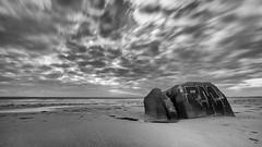Nuages d'Erdeven (Clic Clac 2956) Tags: bretagne morbihan blockhaus poselongue plage beach noiretblanc blackandwhite longexposure monochrome erdeven