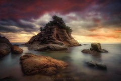 Adhuc stantes (Blai Figueras) Tags: silkeffect sky agua seascape sunset water horizon landscape atardecer atmosphere coast seaside colours panorama longexposure red lloretdemar le rocas stones eden rojo beach colores paisaje costabrava flickr naturaleza paraiso playa sea energia nature costa energy mar cielo clouds rocks