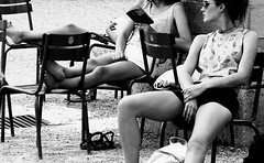 Paris - relax (Michele Ginolfi) Tags: paris street photo pic sunny day bw blackandwhite relax girls reading peace candid snap shoot parigi travel travelling trips europe