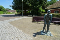 20170709 01 Noordbroek (Sjaak Kempe) Tags: 2017 zomer sjaak kempe sony dschx60v nederland netherlands niederlande provincie groningen noordbroek standbeeld statue sculpture sculptuur skulptur brons judith braun bronze landarbeider aardappelpoter
