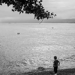 Splatch... (2D110) Tags: lac leman enfant bateau lacléman bw caillou