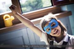 En clase (Crowley Groot) Tags: kids chicas niñas enclase interior people gente indoor retrato portrait canon canon7dmarkii antifaz gesto brazo arm smile sonrisa regadera azul blue niño