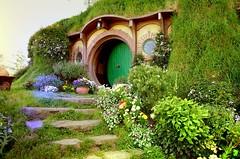 UN VIAJE DE IDA Y VUELTA (VII) Hobbiton 07.-…dibujó un signo extraño en la hermosa puerta verde del hobbit… (Brian Wayfarer) Tags: casadebilbobolsón hobbiton jrrtolkien elhobbit elseñordelosanillos peterjackson matamata hinuera regióndewaikato nuevazelanda