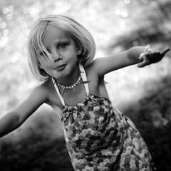 Happyness (jeudombre / Off for a while or always) Tags: chil cildren enfant kid childhood souvenir enfance souvenirs monochrome bw nb black white noir blanc printemps spring garden jardin pool piscine