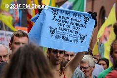 Protest gegen G20 - Demonstration: Grenzenlose Solidarität statt G20 - 08.07.2017 - Hamburg - IMG_2960 (PM Cheung) Tags: schulterblatt plünderungen g20 hamburg welcometohell demonstration schwarzerblock protest g20summit krawalle ausschreitungen umsganze colourtheredzone shutdownthelogisticsofcapital polizei kundgebung fischmarkt roteflora schanzenviertel pmcheung wasserwerfer blockaden räumpanzer 2017 demo mengcheungpo gewerkschaftsprotest tränengas facebookcompmcheungphotography g20gegner 08072017 krisenpolitik blockupy hansestadt hartmutdudde polizeirepression camp kapitalismus usk partypolizei pomengcheung antikapitalismus g202017 gipfelgegner blockadeaktionen grosdemonstration gipfelprotest hamburgermesse donaldtrump angelamerkel euflüchtlingspolitik kurden türkei interventionistischelinke grenzenlosesolidaritätstattg20 grosdemonstrationgegeng20