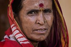 BADAMI : PORTRAIT EN ROUGE (pierre.arnoldi) Tags: inde india badami karnataka portraitdefemme portraitsderue pierrearnoldi photoderue canon tamron photooriginale photocouleur