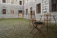 Schloss Ambras - Innsbruck, Tirol (Ernst_P.) Tags: ambraserschlosspark aut innsbruck österreich tirol schlossambras schloss tisch stuhl austria autriche tyrol zeiss distagon 24mm f20 sony