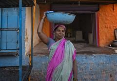 BADAMI: TOUT SE TRANSPORTE SUR LA TÊTE (pierre.arnoldi) Tags: inde india badami karnataka canon tamron pierrearnoldi portraitdefemme photoderue photooriginale photocouleur photodevoyage portraitsderue