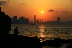 獨對夕陽  Lonely sunset (C. Alice) Tags: color city people water sea orange sun sunset shadow cloud reflection sky beach seashore 2017 hongkong summer canonef24105mmf4lisusm canoneos6d eos6d canon 24105mm favorites50 favorites100 aatvl01 1000views 2000views aatvl02