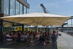 2017 gut beschirmt - das Oosten an einem Sommertag (mercatormovens) Tags: oosten frankfurt restaurant realwirtschaft ausflugslokal mainufer sommer outdoor sonnenschirm menschen cafe ostend