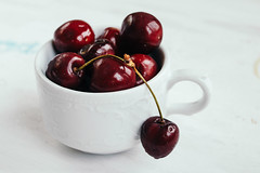 Nahaufnahme: Kirschen in einer Tasse (wuestenigel) Tags: wood natural nature sweet table background healthy vegetarian shiny cherries health ripe fresh white view spring cup bowl jar drop red wooden summer colorful beautiful cherry berry juicy raw freshness enamel green nobody fruit iron food