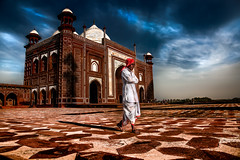 Agra (Roberto Farina Travel Photography) Tags: india agra man asia tajmahal mosque kauban sky
