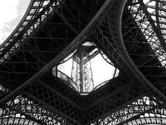 Vistazo a la Torre Eiffel (Karloz Silva) Tags: paris francia torreeiffel tower turista viaje vacaciones vacations