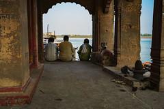 Conversacion (Nebelkuss) Tags: india uttarpradesh varanasi benarés asia templete gente people conversación conversation arcos archs rio river ganges fujixpro1 fujinonxf23f14