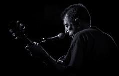 Guitarrista Quim (steelmancat) Tags: capsademusica cursdefotografiaconcerts talleratf tarragona low key clave baja concert blanc negre bw blanco y negro