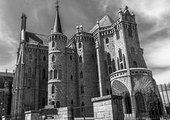 palacio episcopal de Gaudi Astorga, León (phooneenix) Tags: palacio episcopal gaudi astorga león blackandwhite blancoynegro