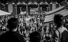 Observers Of The Multitude (Tokyo, Japan. Gustavo Thomas © 2017) (Gustavo Thomas) Tags: asakusa temple religion festival traditional japan japón tokio tokyo dongjing blackandwhite balncoynegro nippon bnw mono monoart monochrome multitude people crowd gente sanjamatsuri matsuri